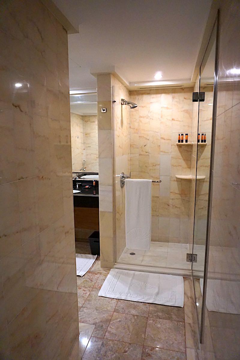 Mandarin Oriental Singapore Ocean Grand Room bath image