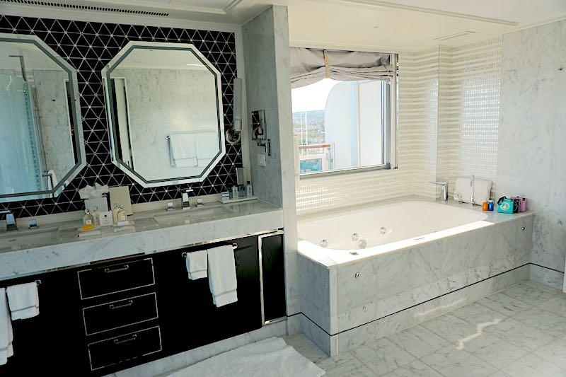 Regent Explorer Grand Suite bath image
